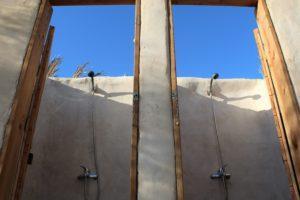 מקלחות במרחב הלינה בשירת המדבר עם נוף לשמיים